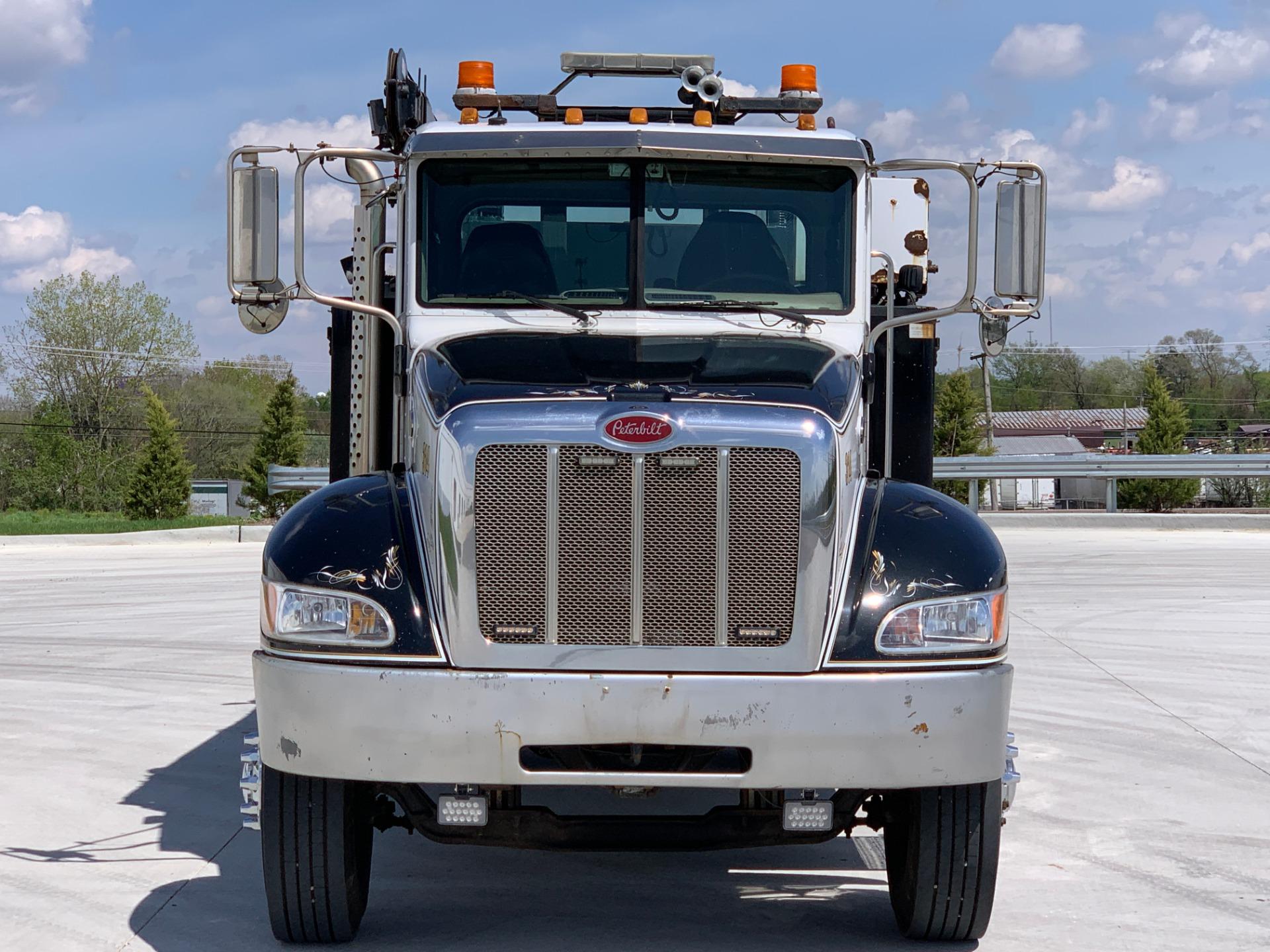 Used-2005-Peterbilt-335-Service-Truck