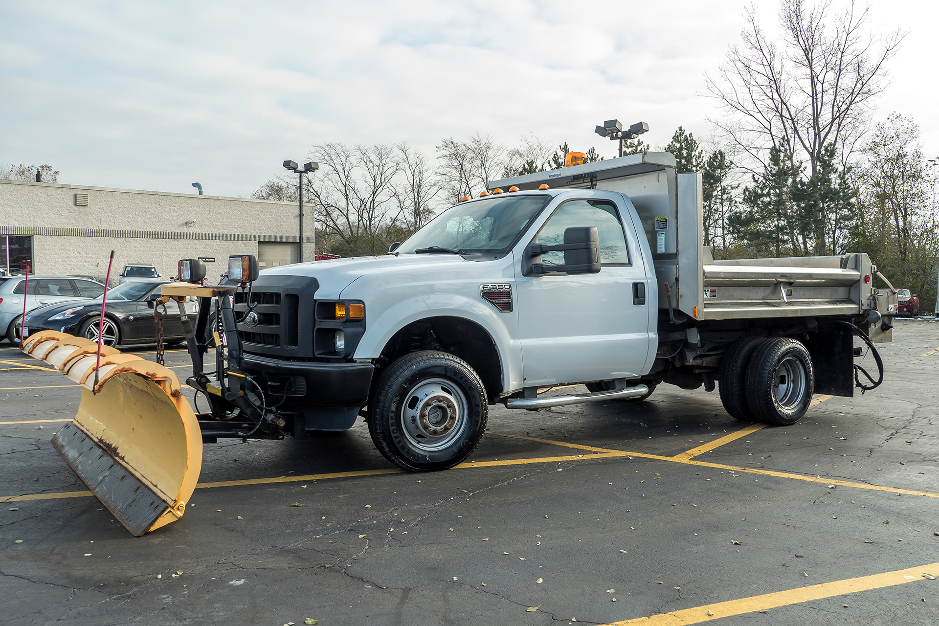 Used-2009-Ford-F-350-XL-Super-Duty-with-Snow-PlowSpreader